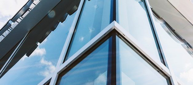 Dynamic glass adjusts to save energy